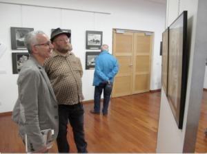 Alberto Peruffo e l'antropologo Giovanni Kezich - direttore del Museo Etnografico delle Genti Trentine - osservano le foto di Maraini.
