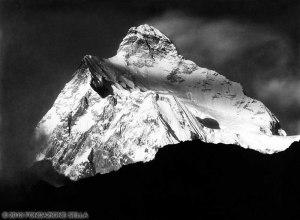 VITTORIO SELLA 1899 | Vetta dello Jannu al tramonto, telefotografia, dal sentiero da Khunza a Kang-La durante la spedizione del 1899