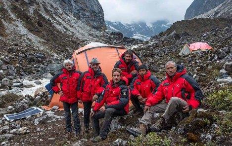 I componenti della spedizione alla fine dell'esplorazione: Enrico Ferri, Alberto Peruffo, Francesco Canale, Davide Ferro, Cesar Rosales e Andrea Tonin (Anindya Mukherjee e Thendup Sherpa erano già impegnati nella foresta per il ritorno)