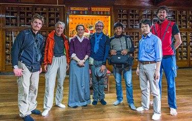 """La spedizione in visita presso le stanze """"riservate"""" del Namgyal Institute of Tibetology accompagnati dall'antropologa bulgara residente a Gangtok, Anna Balikci"""