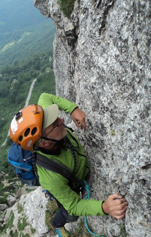 Alberto Peruffo sulla compatta roccia alla fine del primo tiro