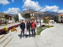 Giacomo, Martina e Franco nella piazza di Yanama. Dietro la carattestica nuova chiesa di Padre Ugo