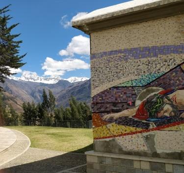 Parte del mosaico murale della Chiesa di Yanama, con dietro, a fronte vetrata, le montagne della Cordillera Blanca, tra cui il Chacraraju, sul cui profilo ha preso ispirazione il disegno del tetto della Chiesa