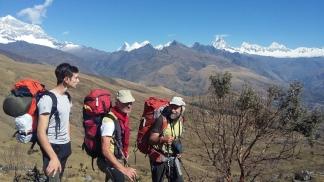 Giacomo, Alberto e Giacomo, dopo aversi lasciato alle spalle il Contrahierba. Alle spalle, Chopicalqui, Huandoy, Chacraraju e Alpamayo