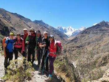 Foto di gruppo con alle spalle la Cordillera Huayhuash