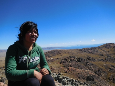Leonela, la nostra guida sul Monte Sacro alla cultura aymara sopra Peñas, con il lago Titicaca alle spalle