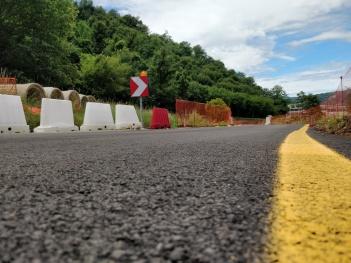 Il tratto di asfalto della Pedemontana sotto cui è stato sepolta la Fontana di Valbona