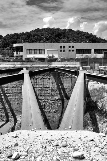 L'impressionante trincea che divide le due fila di capannoni in zona Poscole